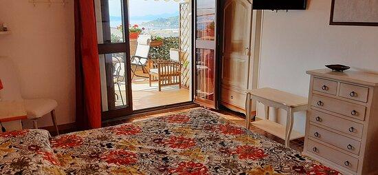 Camera con accesso diretto alla terrazza vista mare