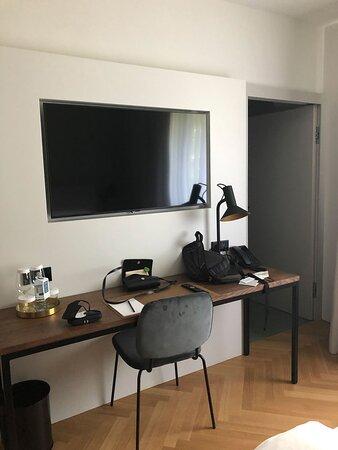 Ablagefläche mit eingepassten TV