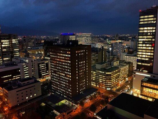 宿泊していた「札幌プリンスホテル」から、散歩がてら行ってみました。 ベタな観光地ですが、初めての札幌だったら絶対に行くでしょう。 夜に行ったので、東西南北に綺麗な夜景が見れました♪ 印象深い観光地でした♪