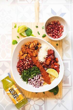 Bowl: Base de arroz guajillo o integral, pimientos rojos al grill, salsa arbol, lima, cebolla roja, albahaca y granada. Elección de proteína y queso según preferencia