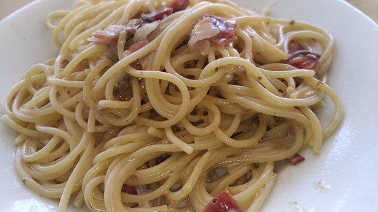 Spaghetti con speck e funghi.