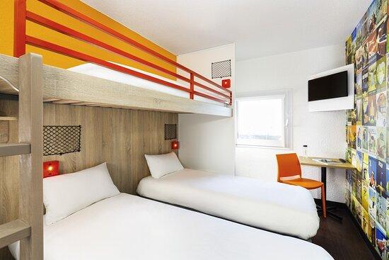 Chambre BREAK pour 3 personnes  2 lit sépare est 1 lit mezzanine avec TV, lavabo et table inclut   Douche et toilette commune a proximité dans chaque palier