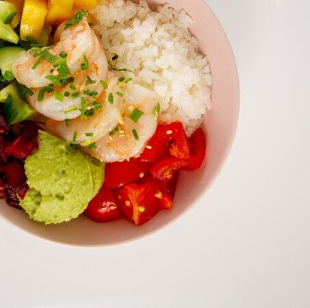 Signature Bowl: Scampi Zaky   Sushi rijst | Gemarineerde Scampi's | Tomaat Guacamole | Komkommer | Rode biet | Mango Sesam | Bieslook | Mango Tango saus