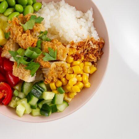 Signature bowl: Crispy Chicken  Sushi rijst | Crispy Chicken | Maïs | Komkommer Tomaat | Edamame | Ananas | Koriander Gefrituurd ajuin | Pijpajuin | Teryaki saus