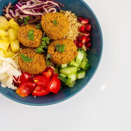Signature bowl: Falafel La Bel  Quinoa | Falafel | Komkommer | Tomaat Witte kool | Rode kool | Wortel | Granaatappel Munt | Sesam saus