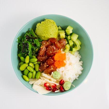 Signature bowl: Fresh Tuna  Sushi rijst | Sesam Tonijn | Komkommer | Guacamole Witte kool | Wakame | Edamame | Masago Granaatappel | Wasabi pinda's | Sesam dressing