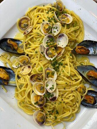 "Greek Pasta ""Fides"" : clams / mussels / white wine / saffron"