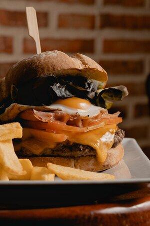 Super Angus Black Burger You.  Tenemos 6 tipos de hamburguesas gourmet en carta, diferentes sabores y hechas al momento, con productos de alta calidad.