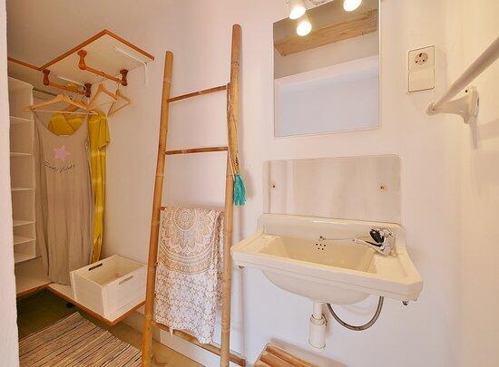 """Baño de cortesia hab de servicio """"Casa Nova""""  Apartments Casa Concha Calella de Palafrugell"""