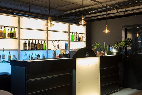 Il bancone del cocktail bar del locale