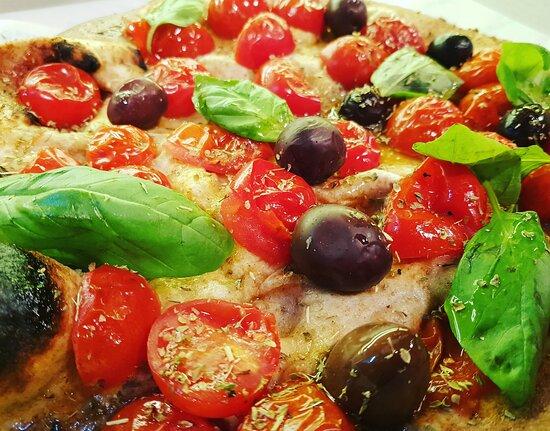 Vieni a provare la nostra base pizza integrale con pomodorini, olive, origano, basilico ed olio evo! Perché la semplicità è alla base di tutto ciò che ci fa stare bene! 4 Stagioni Pizzeria in piazza Giambattista Tedesco N.7! Ti aspettiamo ! 🍕🍃🔥