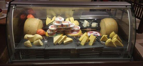 Хороший выбор сыров разных видов