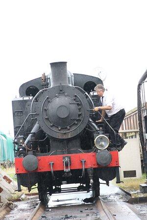 De locomotief neemt water en kolen in