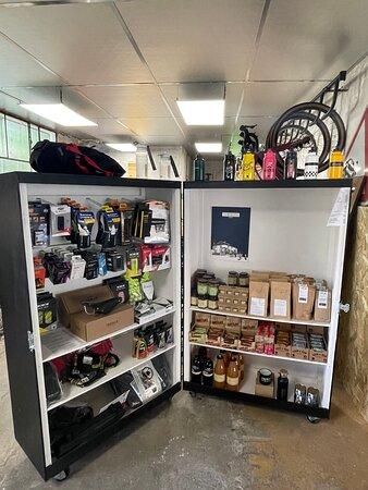 Une boutique vélo et produits locaux
