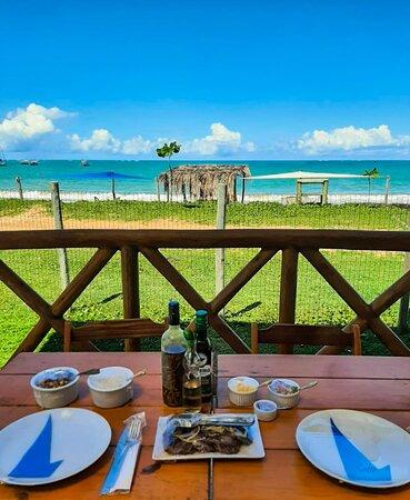 Mesa posta para casal com um delicioso Peixe frito em posta. acompanhado de arroz, feijão, farofa e vinagrete.