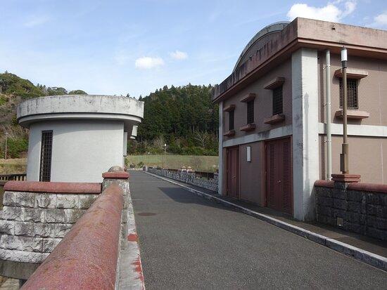 堤体には洒落た可愛い雰囲気の取水塔建物があります。