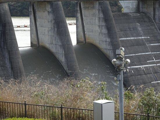 自然越流方式のゲートレス放流口