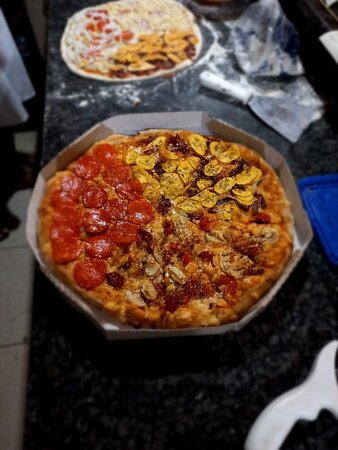 Pizza familia, sabores sertão e pepperoni.