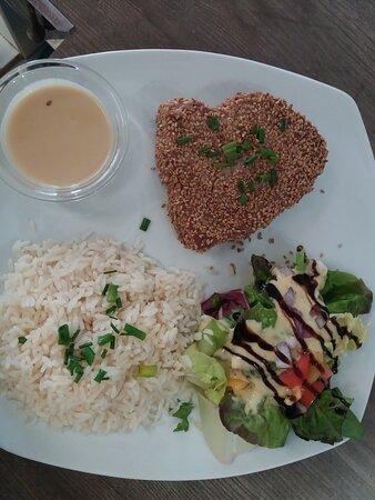 Mi cuit de thon aux sésames sauce soja riz et salade