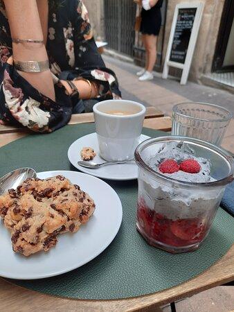 Cookie cacahuètes chocolat et tiramisu graines de sésame noir fruits rouges