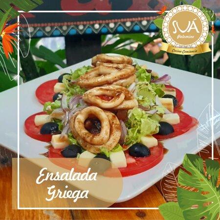 Ensalada Griega con anillos calamar, variedad de lechugas, tomate, cebolla, pimentón, aceitunas negras, queso fresco y vinagreta de la casa.