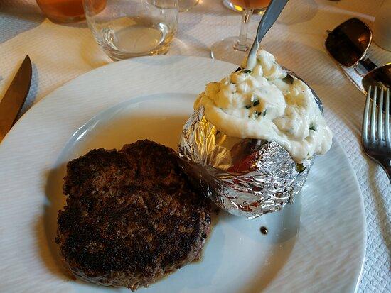 Steak haché grillé, pomme de terre braisée crème fraiche