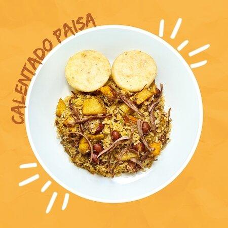 El mas chévere de todos, un arroz mezclado con carne desmechada, fríjol rojo, papa y maduro en cubitos. Acompañado de arepa frita