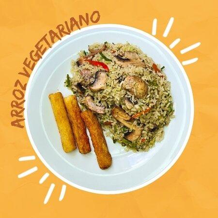 Nuestro arroz a las finas hierbas mezclado con champiñones, tomate y cebolla salteados en una base de albahaca, perejil y leche de coco. Acompañado de palitos de yuca frita.