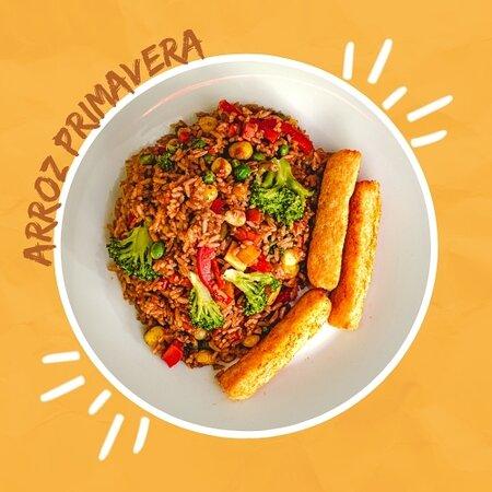 Una deliciosa mezcla de arroz salteado con calabacín, zucchini, maíz tierno, pimentón, brócoli, zanahoria y arveja; para los amantes de la comida vegetariana. Acompañado con palitos de yuca frita.