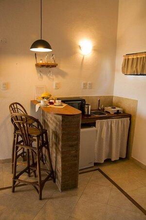 Cocina totalmente equipada electrodomésticos y vajilla en los departamentos