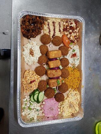 vorspeisen platte mit flafel und saganaki!