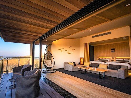 【西館(新館)】プレミアムフロア露天風呂付き特別室。阿蘇・瀬の本高原の雄大な眺めをお楽しみいただけるように設計された大きな窓が特徴の特別室です。