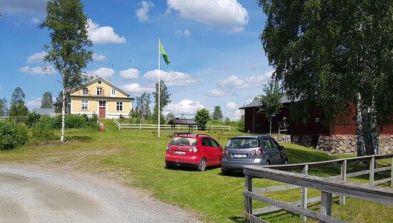 Lindesnäs Herrgård sedd från dammen, museet till höger
