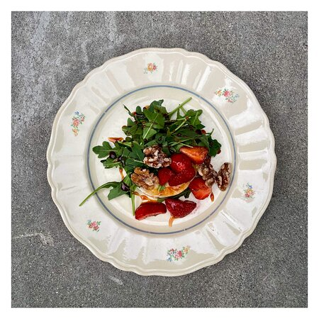 Gratinated goat cheese with strawberries