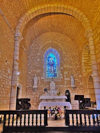 Une modeste église, sans doute ancienne chapelle castrale, elle jouxte le Château de Chenon. Remarquablement restaurée en 2007, cette église du 12ème siècle a gardé peu de chose de l'édifice primitif mais témoigne de presque mille ans d'histoire. En 2011, elle a reçu 7 vitraux de Philippe Riffaud, (atelier Saint-Joseph de Ruffec).