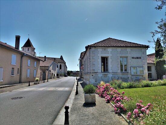 Eglise Fortifiée Saint-pierre À Reignac