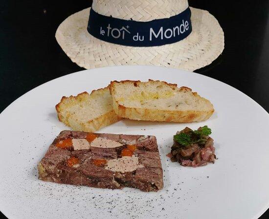 La Terrine de Pot au Feu Au foie gras, parfumée aux graines du paradis, condiments cornichons gingembre et son toast de Focaccia