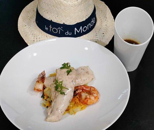 Le Bouillon Thaï  Poulet basse température, gambas snackées, juliennes de légumes et choux pak choï relevé au curry rouge