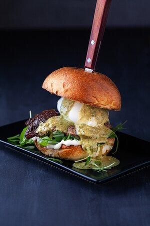 Hamburger da 200 gr con Burrata DOP, Pesto genovese, Pomodori Secchi e Rucola