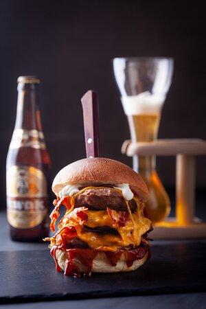 THE BOSS... il nostro hamburger di punta. 600 gr di carne, doppio Ceddar, Doppio Bacon Grigliato, solo per amanti dello stile smoked...