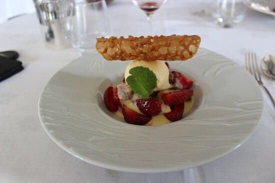 Le gratin de fruits rouges, sabayon de champagne, glace à la vanille de Madagascar et tuile aux amandes.