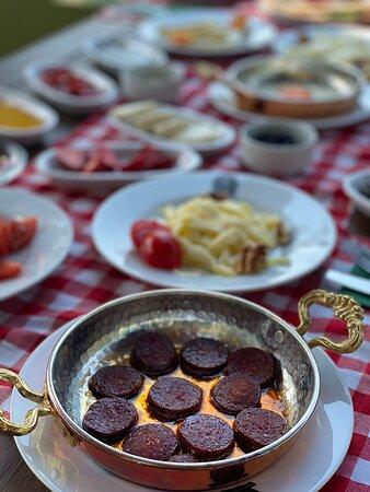 """Palivor Çiftliği'nde """"Tüm Gün Kahvaltı"""" hizmeti! 🍳🧀🧈 Kahvaltı'nın tadını çıkarın! Günün her saati bulabileceğiniz peynirlerimizin eşlik ettiği yumurta ve sucuğumuzun enfes tadını yakalamak için sizleri Palivor Çiftliği'nde bekliyoruz! ⏱️ 09:00 - 20:00 Rezervasyon için ☎ T: 0553 750 95 39 #palivor #palivorciftligi #demirköy #kırklareli #restaurant #kahvaltı #breakfast #yemek #serpmekahvaltı #mutluluk #food #yöreselyemekler #yöreselkahvaltı #doğaylaiçiçe #güven #palivorfarm #farm #farmhous"""