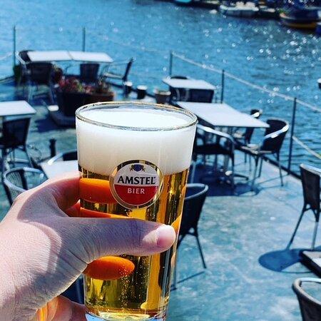Geniet van een heerlijk koud biertje op ons zonovergoten terras aan het water.   Enjoy a nice cold beer on our sunny terras by the water.