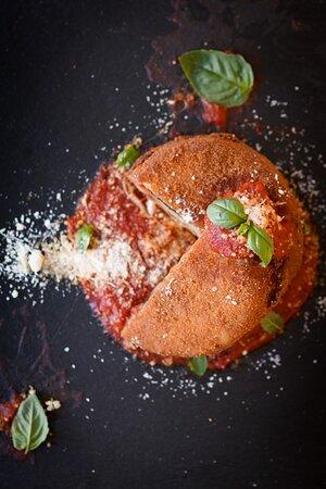 La nostra parmigiana rivisitata croccante su ristretto di san marzano
