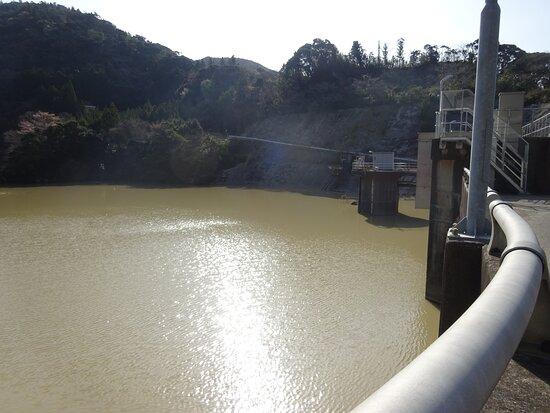 ダム湖はとても濁っていました。