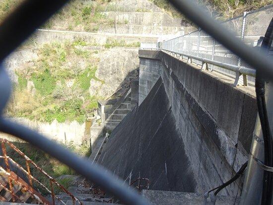 大きさは堤高37.0m、堤頂長106mで小さいダムです。