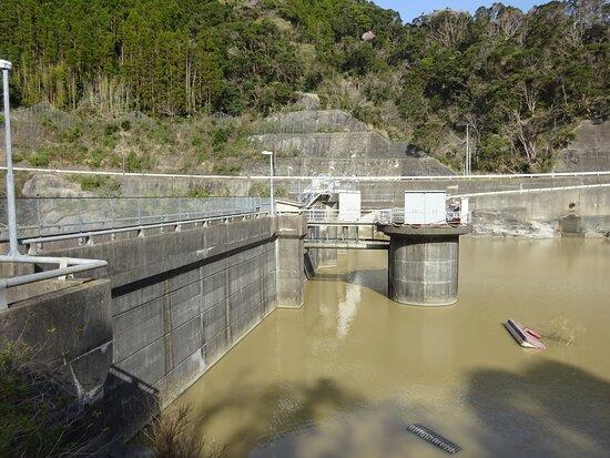 房総半島のこの周辺はダムが多い地域ですが、見学ができないダムも多く、そんな中では比較的見ごたえのあるダムでした。