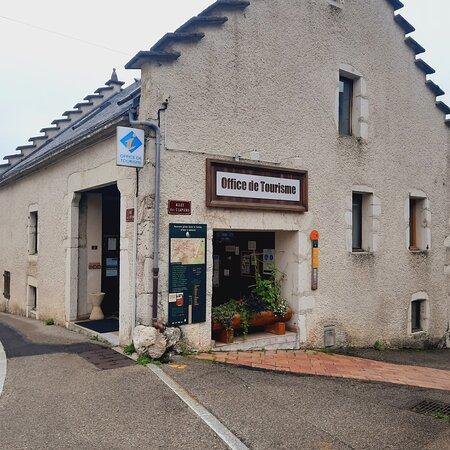Votre office de tourisme se trouve à proximité immédiate de la place du village et de ses commerces.