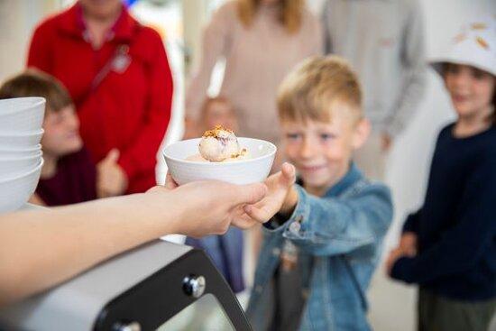 Egen glassmak ifrån Mäjens glass och maränger som bara finns att köpa på Rörstrand Museums kafé.