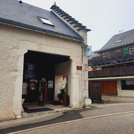 Parking à l'entrée du village, 100m du bureau.